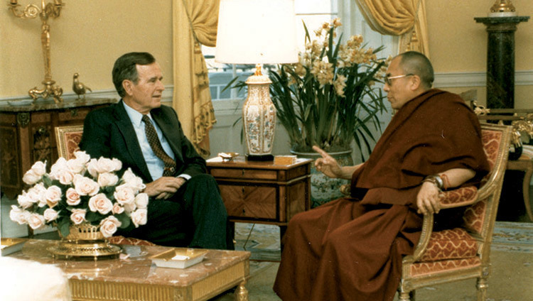 Sa Sainteté le Dalaï-Lama rencontre George H. Bush à la Maison Blanche à Washington DC, USA le 16 avril 1991. (Photo officielle de la Maison Blanche)